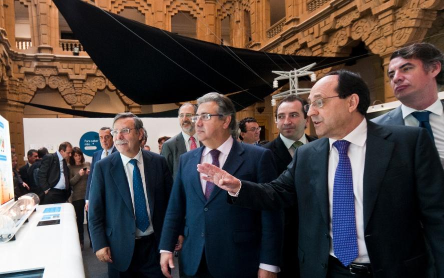 Autoridades ante el módulo de la red de transporte.