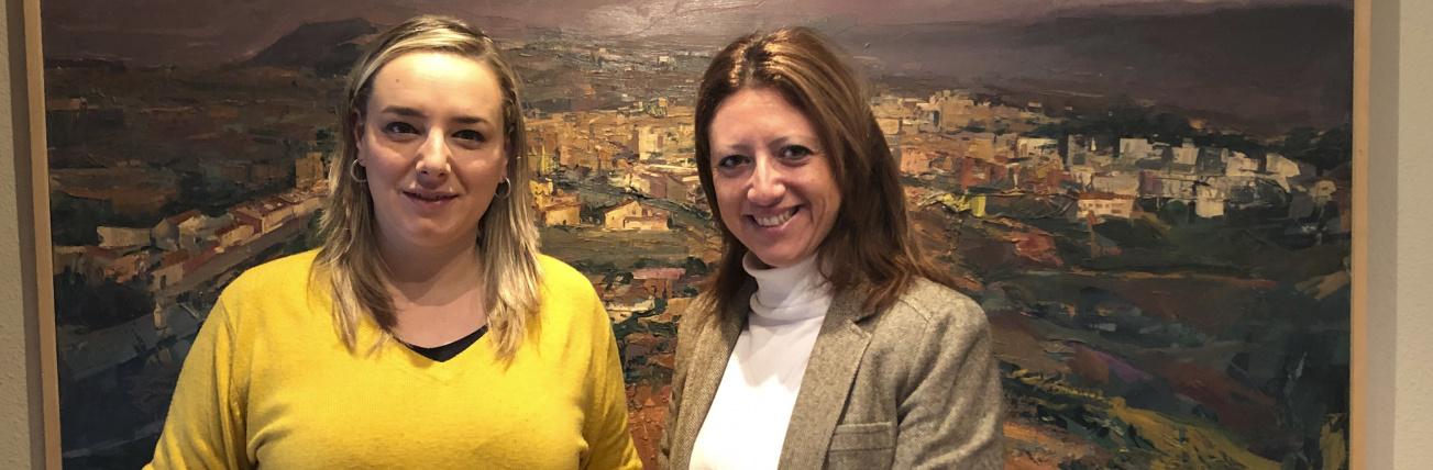 La alcaldesa del munipio de Altura, Rocío Ibáñez, y la delegada regional de Red Eléctrica de España en la Comunidad Valenciana, Maite Vela, tras la firma del convenio de colaboración.