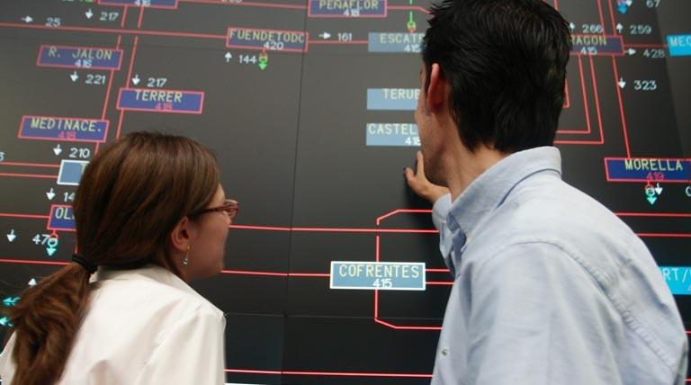 Mujer y hombre mirando la pantalla CECOEL