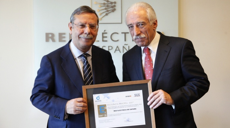 The Chairman of Red Eléctrica, José Folgado, pictured on the left, receives the European Seal of Excellence 500+ from the Secretary General of Club Excelencia en Gestión, Juan Liquete.