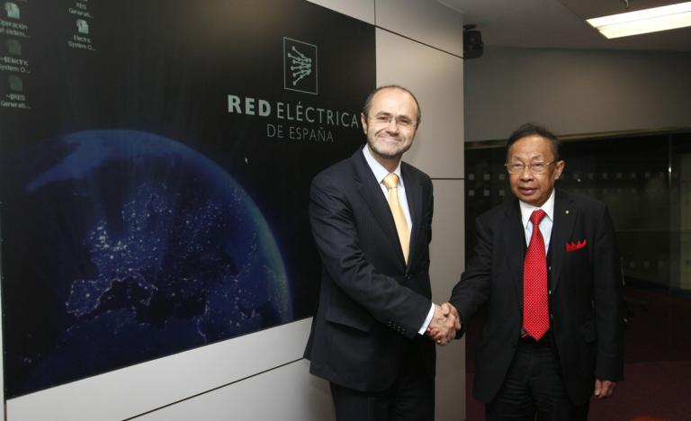 Luis Atienza, Chairman of Red Eléctrica, and C.C.Chan, international expert in electric vehicle in the Control Centre of Renewable Energies.