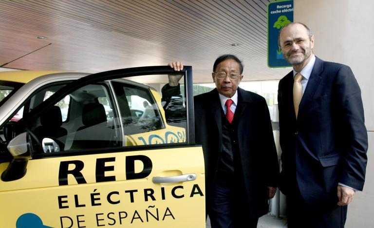 C.C. Chan y Luis Atienza con el coche eléctrico de la compañía