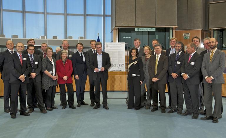 El presidente de Red Eléctrica, Luis Atienza, con los miembros de la coalición Renewables Grid Initiative en el acto de entrega de la declaración al comisario europeo de Energía