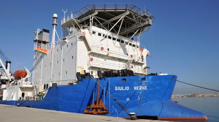 """""""Giulio Verne"""", barco italiano empleado para el tendido del cable."""