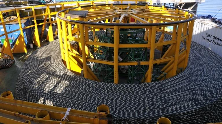 """Cable submarino en la cubierta del """"Giulio Verne""""."""