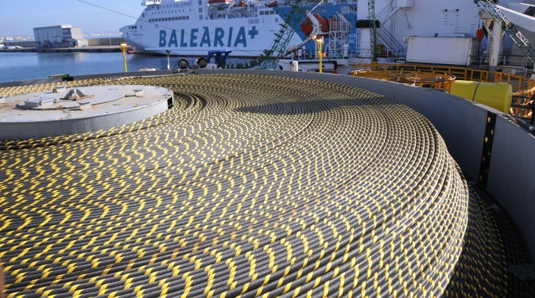 Detalle del cable submarino que enlazará la Península con Baleares.