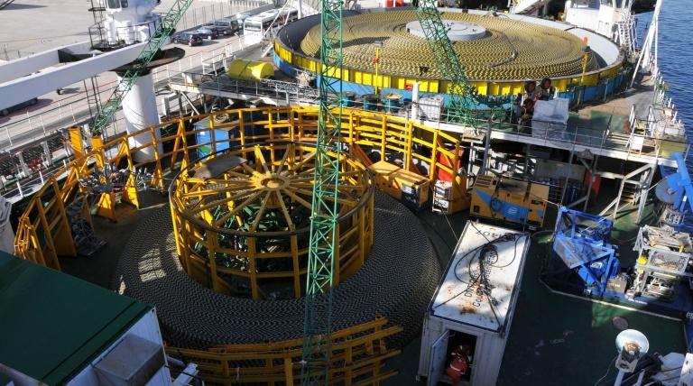 """Vista aérea del cable submarino en la cubierta del barco """"Giulio Verne""""."""