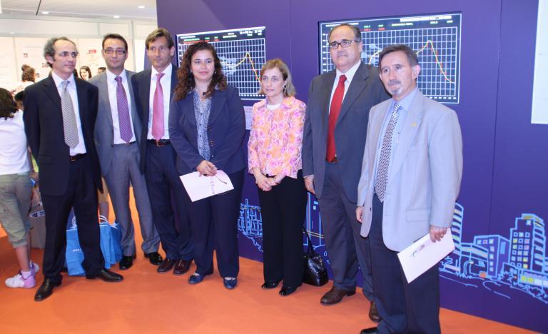 El director de REE en Baleares, Ramon Granadino (tercero por la izquierda) junto a la consejera de Innovación, Interior y Justicia de las Islas Baleares, Pilar Costa (cuarta por la iazquierda) en la inauguración del 'stand'.