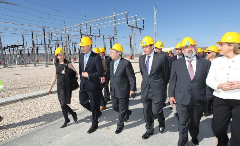 El presidente de Red Eléctrica, José Folgado, y el consejero de Industria e Innovación de Aragón, Arturo Aliaga, recorren la subestación de Mezquita durante la inauguración