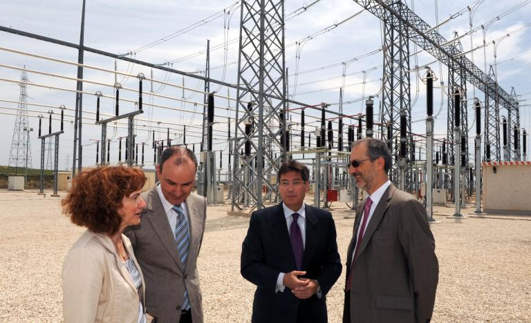From left to right, Pilar Molinero, General Manager of Energy of Aragón, José Ignacio Lallana, Delegate of Red Eléctrica in Aragón, and Carlos Collantes, General Manager of Transmission at Red Eléctrica, in the substation Los Vientos