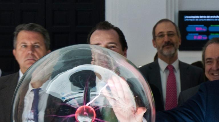 Autoridades ante la mesa de laboratorio el día de la inauguración.
