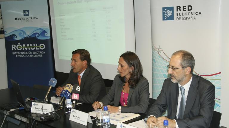 De izquierda a derecha, Ramón Granadino, director de Red Eléctrica en Baleares; Eva Pagán, directora de Mantenimiento de Instalaciones, y Carlos Collantes, director general de Transporte de la compañía.
