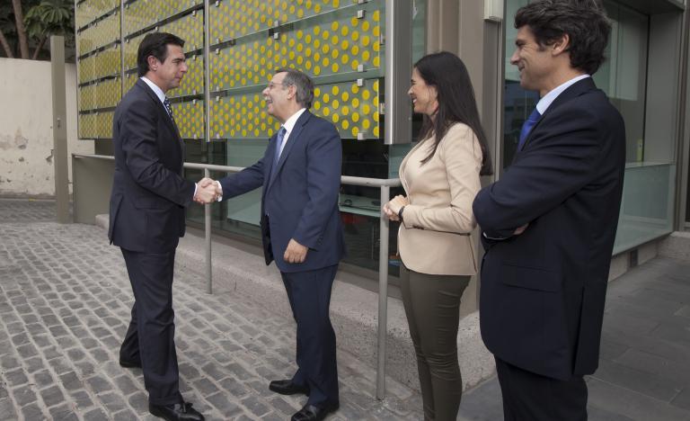 El presidente de Red Eléctrica, José Folgado, saluda al Ministro de Industria, Energía y Turismo, José Manuel Soria a su llegada a la sede de la compañía en las Palmas de Gran Canaria