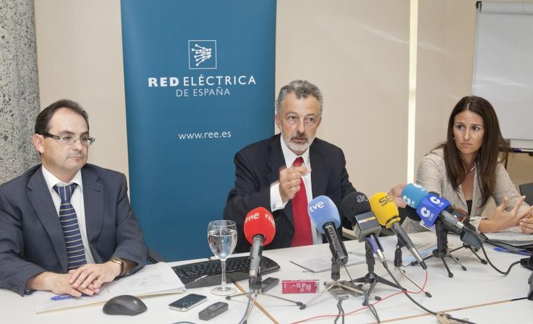 El director de Red Eléctrica en Canarias, Santiago Marín (en el centro), acompañado por los jefes de Operación y Transporte en la comunidad, Jesús Rupérez y Vidina León, respectivamente.