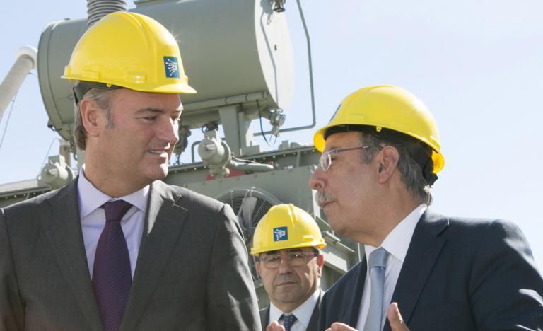 El presidente de la Generalitat Valenciana, Alberto Fabra, y el presidente de Red Eléctrica, José Folgado (a la derecha), durante la visita a la estación conversora de Sagunto