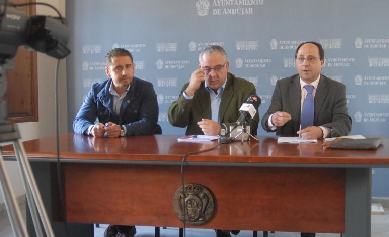 De izquierda a derecha, Félix Caler, concejal de Servicios del Ayuntamiento de Andújar; Jesús Estrella, alcalde de la ciudad, y Miguel gonzález, delegado de Red Eléctrica en Andalucía y Extremadura