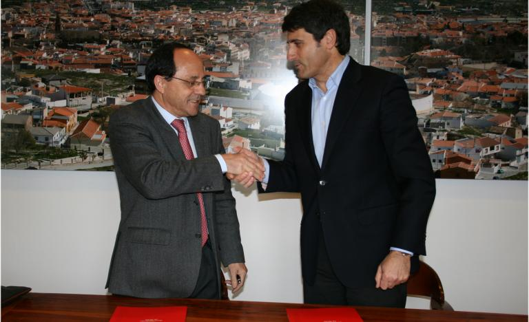 Miguel González, regional delegate of Red Eléctrica in Andalusia and Pedro fernández, Mayor of Baza following the singning of the agreement