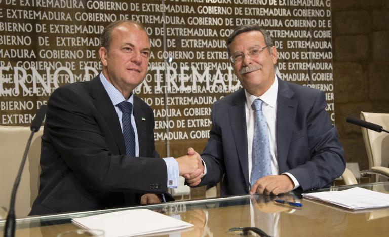 The President of the Extremadura Government, José Antonio Monago, and the Chairman of Red Eléctrica de España, José Folgado, during the signing of the agreement