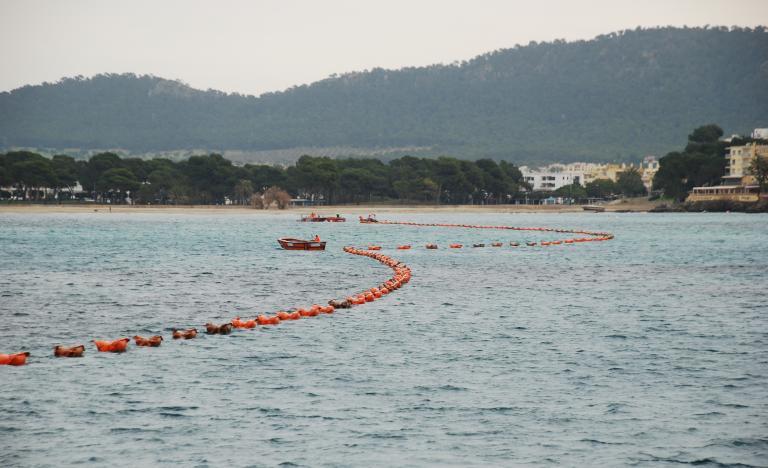 Tendido del cable submarino con la ayuda de flotadores en la bahía de Santa Ponsa en Mallorca