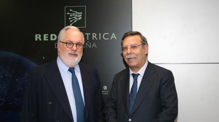 El ministro de Agricultura, Alimentación y Medio Ambiente, Miguel Arias Cañete, junto al presidente de Red Eléctrica, José Folgado, en un momento de la visita al Centro de Control Eléctrico.