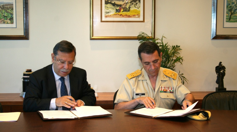 The Chairman of Red Eléctrica de españa, José Folado, and the Head of the Military Emergencies Unit, Lt. Gen. César Muro, during the singning of the collaboration agreement