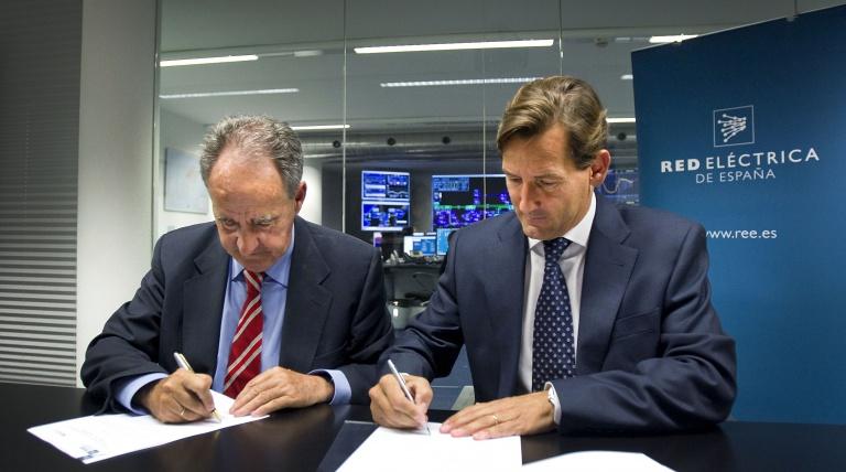 Javier Sanz, patrón de la embarcación Red Eléctrica, y Ramón Granadino, director de Operación del Sistema en Baleares de Red Eléctrica de España durante la firma del convenio de patrocinio.