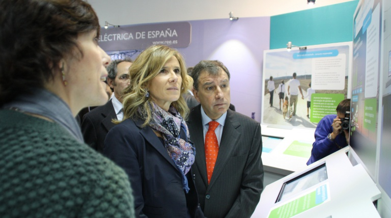 Ministra de Ciencia e Innovación, Cristina Garmendia, visita el stand durante la inauguración