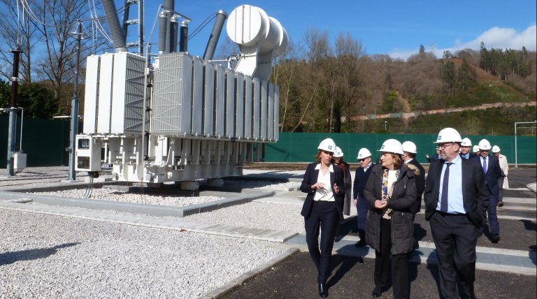The General Manager of Transmission Division for Red Eléctrica, Eva Pagán, and the Government Delegate in Asturias, Delia Losa, during the visit to the Soto de Ribera substation.