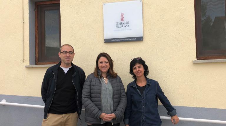 El alcalde de Forcall, Santiago Pérez, la delegada de Red Eléctrica de España en la Comunidad Valenciana, Maite Vela, y la directora de la residencia de mayores del municipio, Roser Vives.