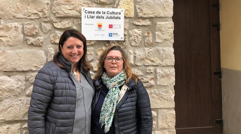 La delegada de Red Eléctrica de España en la Comunidad Valenciana, Maite Vela, y la alcaldesa de Palanques, Lucía Martí, en el hogar de jubilados al que se ha dotado de nuevas equipaciones.