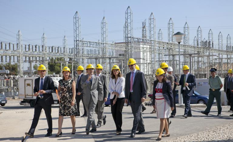 La delegada del Gobierno en la Comunidad Valenciana y el director general de Transporte de Red Eléctrica, en un momento de la visita a la subestación de Torrent