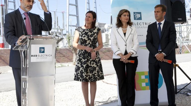 De izquierda a derecha: Carlos Collantes, director general de Transporte de Red Eléctrica; María José Catalá, alcaldesa de Torrent; Ana Botella, delegada del Gobierno en la Comunidad Valenciana, y Antonio Cejalvo, director de la Agencia Valenciana de Energía