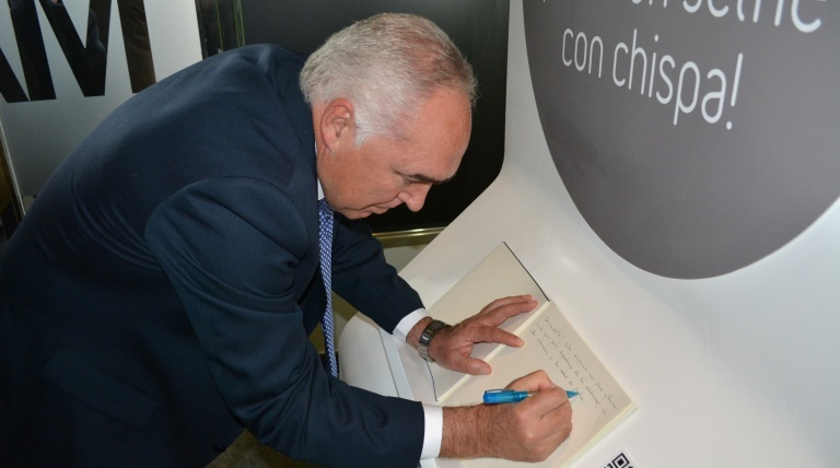 The mayor of Mérida, Pedro Acedo, signing the guestbook.