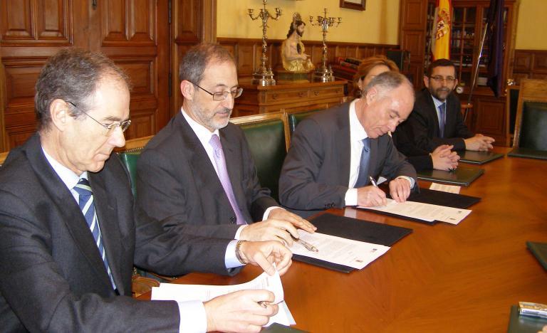 De izquierda a derecha, Carlos Collantes, director general de Transporte de Red Eléctrica, y Heliodoro Gallego, alcalde de Palencia, durante la firma del convenio
