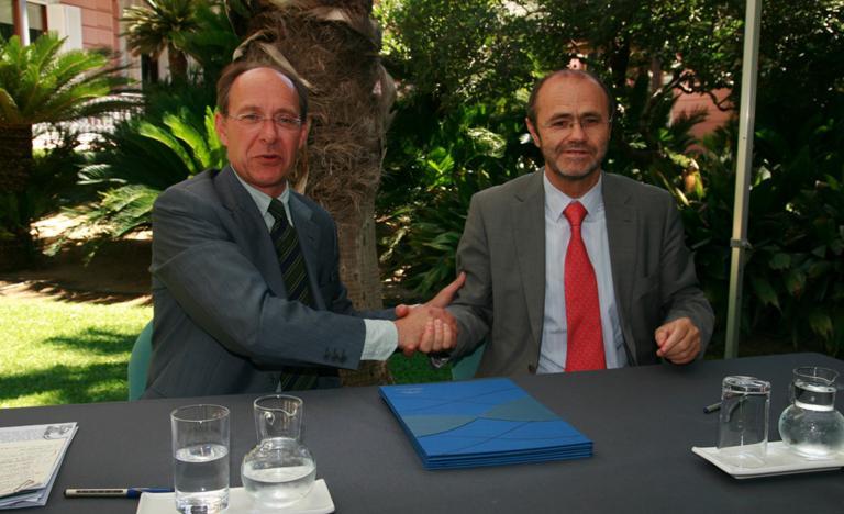 El consejero de Medio Ambiente de la Junta de Andalucía, José Juan Díaz Trillo, y el presidente de Red Eléctrica de España, Luis Atienza Serna firman acuerdo de colaboración