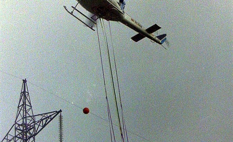 Trabajos de mantenimiento desde barquilla sustentada en helicóptero