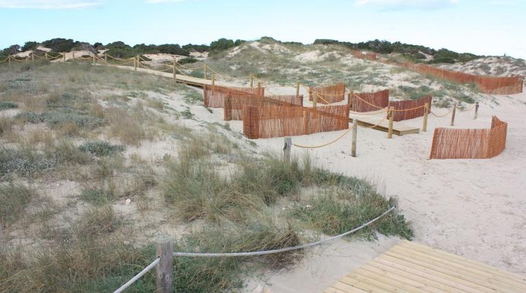 Prolongación pasarelas y captadores de arena.