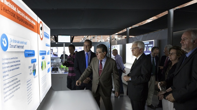 Luis Pinós shows one of the exhibit spaces to the officials.