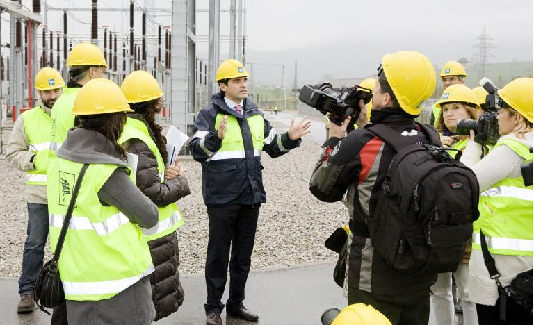 Antonio González Urquijo, Red Eléctrica delegate in Cantabria, explains the Penagos substation to the media