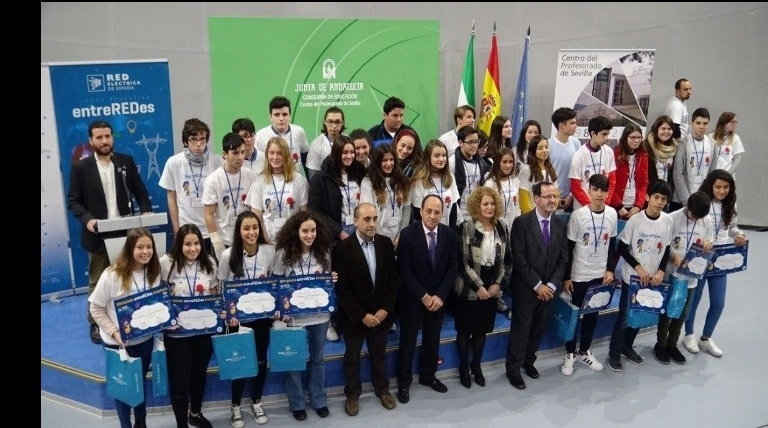 The General Director of Innovation of the Regional Government of Andalusia; The Councillor for Education and Citizen Participation of the City of Seville, and Red Eléctrica's Southern Regional Delegate presented the prizes to the champions of the Olympiada entreREDes held in Andalusia.