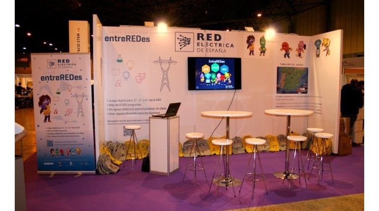 Exhibition stand for the EntreREDes game, presented at the 14th Science Fair in Seville. More than 450 students played the game. (May 2016)