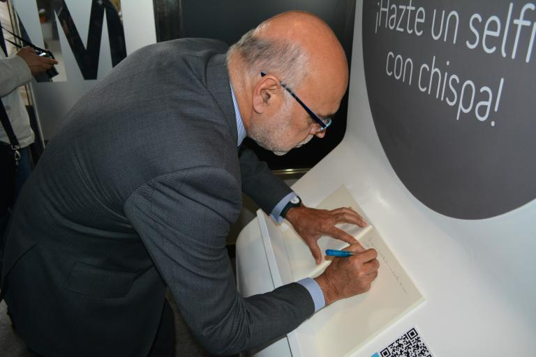 The Minister of Energy of the Government of Extremadura, Jose Antonio Echavarri, signing the guestbook.