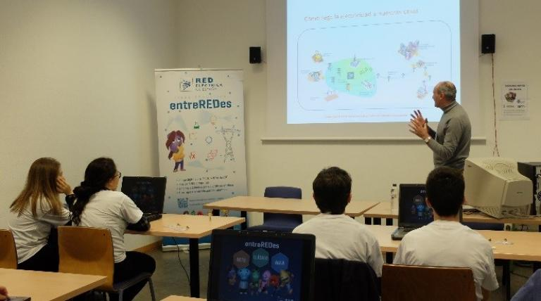 Informative session on the entreREDes game held in Zaragoza, included within the educational programme organized by the University of Zaragoza aimed at students with higher school performance. (March 2017)