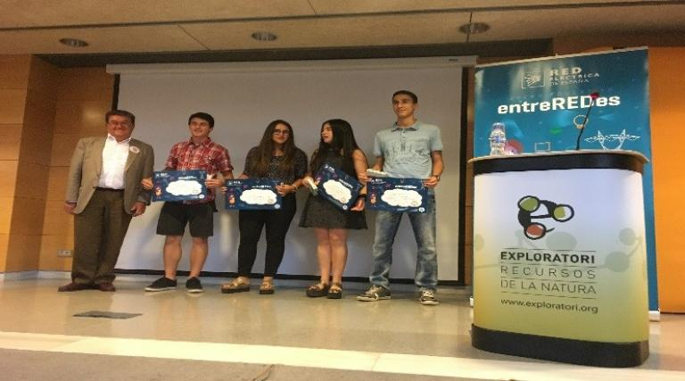 Red Eléctrica's Northeast Regional Delegate presents the prizes to the winners of the entreREDes competition in Berga (Barcelona), organized at the Forum of Young Talents of Catalonia.