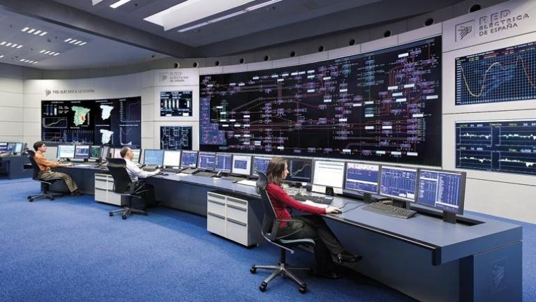 Personas trabajando en el centro de control