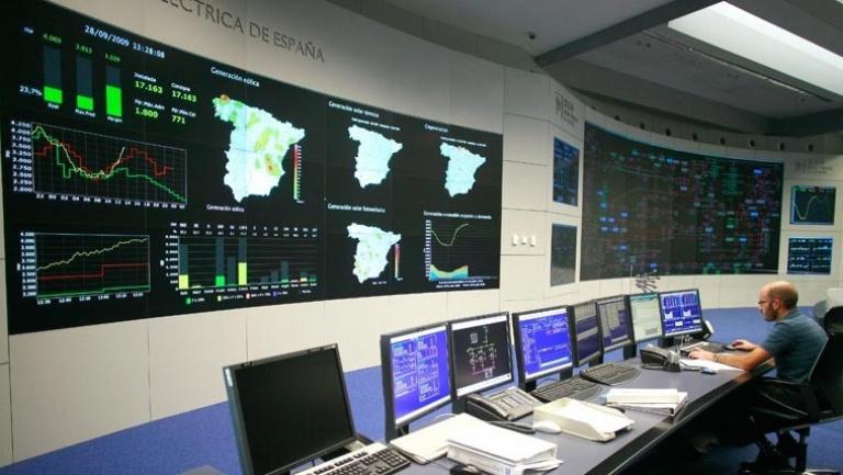 Trabajador de Red Eléctrica en el centro de control de energías renovables
