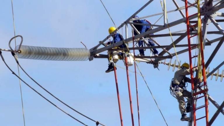 Trabajadores en una torre de alta tensión